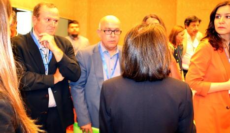 L'advocat Gonzalo Boye amb el procurador de Puigdemont i Comín dins la sala del Congrés on els eurodiputats acataven la Constitució