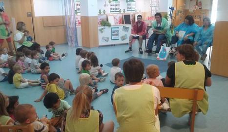 Lectura de 'La Gota Lota' per part del grup de contacontes d'Aspid, ahir a Balaguer.