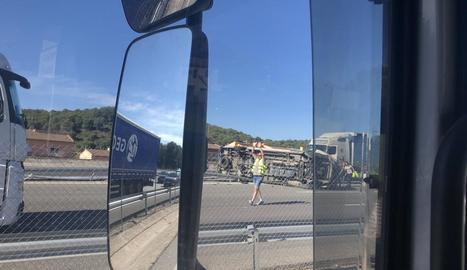 Imatge de la furgoneta bolcada al mig de la calçada.