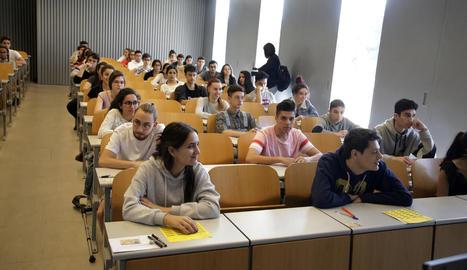 Firmes per a una selectivitat única - Estudiants van entregar ahir al ministeri d'Educació 178.000 firmes recollides per internet que reclamen una selectivitat única per a tot Espanya que eviti diferències de dificultat entre les comunitats a ...