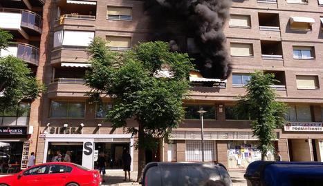 Imatge de la densa fumarada originada per l'incendi minuts després de declarar-se.