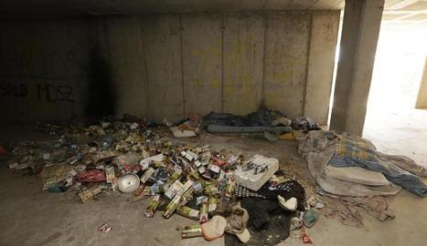 Al campament hi ha matalassos, sacs de dormir, centenars de burilles i muntanyes de botelles d'alcohol, cartrons i roba.