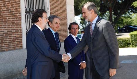 Felip VI saluda els expresidents del Govern.