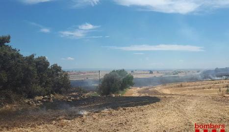 Els bombers treballen en un incendi agrícola a Castelló de Farfanya