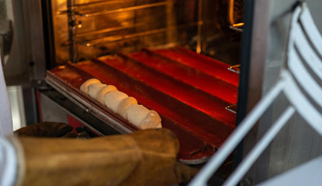 El trenat de formatge a punt per enfornar.