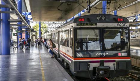 Viatgers al baixar ahir d'un tren de la sèrie 470 a l'estació de Lleida.