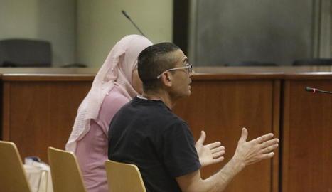 L'acusat, al costat de la intèrpret, ahir durant el judici celebrat a l'Audiència Provincial de Lleida.