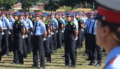 Els nous agents en formació durant l'acte de graduació, ahir, a Mollet del Vallès.