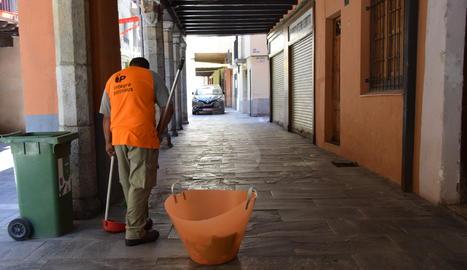 Un municipi lleidatà reforça la neteja dels carrers amb persones a l'atur