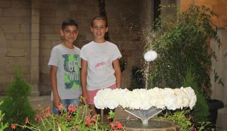 Dos nens que ahir van anar al pati de l'IEI per veure una de les escenes de la cultura catalana.