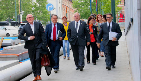L'exconseller de Cultura Lluís Puig (centre), ahir a l'arribar al jutjat de Brussel·les amb els seus advocats.
