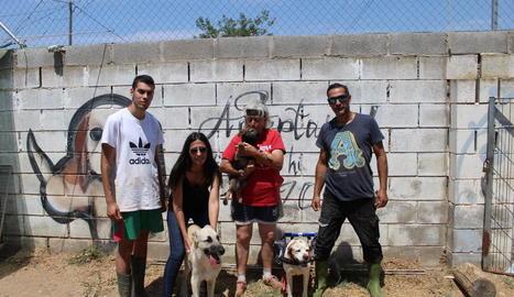Voluntaris i la responsable de la protectora Lydia Argilés de Lleida, ahir amb alguns dels gossos.