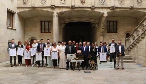 Fotografia de grup dels premiats en la IV edició de la Beca ICG, ahir al Palau de la Generalitat.