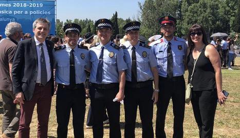 L'alcalde, David Rodríguez, amb els dos policies.