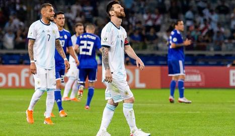 Leo Messi es desespera durant el partit de la selecció argentina contra Paraguai.