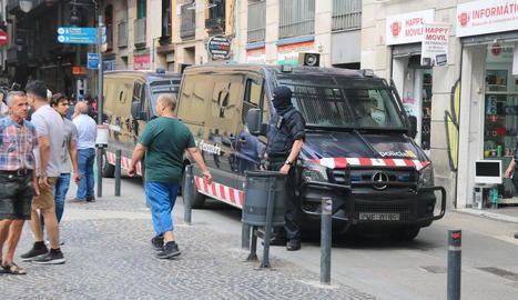 Mil agents i cinquanta detinguts en una operació antidroga al Raval