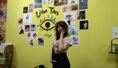 La il·lustradora Marta Heras, ahir al costat de part de les obres.