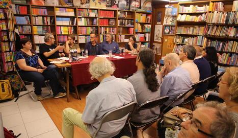 Domènech i Tardà, durant la presentació del llibre amb l'alcalde, Miquel Pueyo, entre els dos.