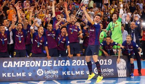 Els jugadors del Barcelona Lassa, amb la copa que els acredita com a campions de Lliga.