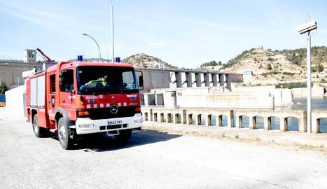 Una dotació dels Bombers després de l'explosió a la central de Riba-roja ahir.