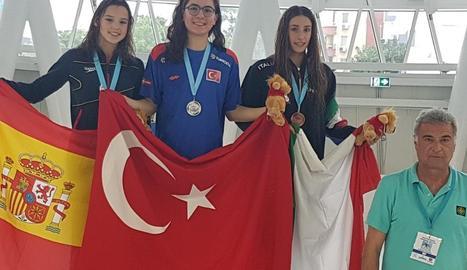 La lleidatana Emma Carrasco, a l'esquerra, amb la medalla de plata que va aconseguir ahir.