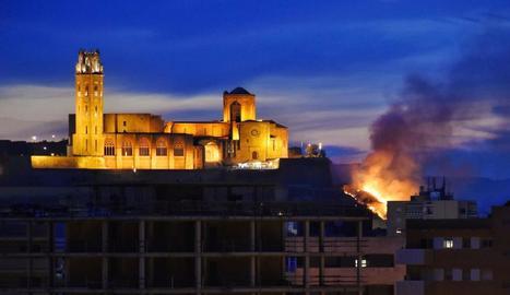 L'incendi, en el pendent entre la Seu Vella i l'auditori, va començar poc després de les 22.00 i va ser visible des de bona part de la ciutat.