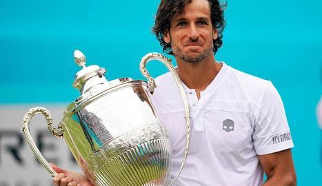 El toledà Feliciano López, amb el trofeu que va conquerir ahir.