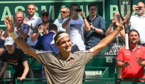 Roger Federer celebra la victòria, ahir al torneig de Halle.