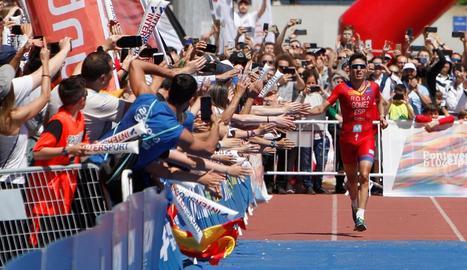 Gómez Noya, en el moment d'entrar a la recta de meta saludant els aficionats.