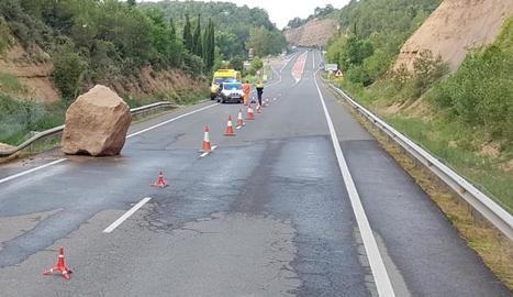 El despreniment d'una roca va obligar a restringir ahir la circulació de la carretera C-14 a Bassella.
