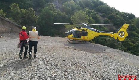 Un helicòpter va traslladar el ferit des de la pista forestal.