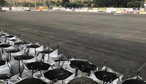 La gespa retirada del camp de futbol municipal de Fraga.