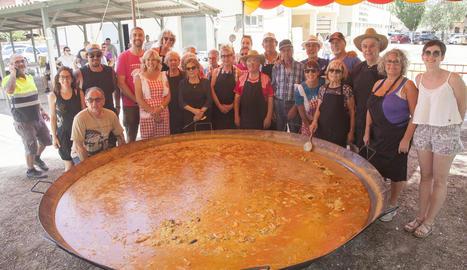 Una trentena de voluntaris va cuinar les dos paelles sota unes temperatures que rondaven els 35º.