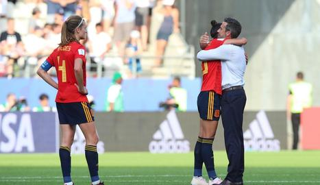 Jorge Vilda abraça la davantera Jenni Hermoso després de l'eliminació davant d'Estats Units.