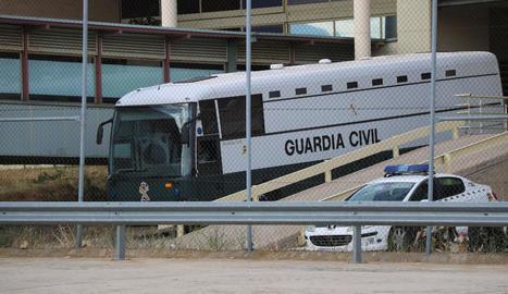 Furgó de la Guàrdia Civil amb els líders independentistes, ahir, a l'abandonar Soto del Real.