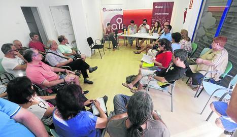 Assistents a l'assemblea d'ERC en la qual va quedar ratificat el govern tripartit a la Paeria.