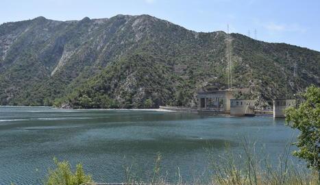 Imatge de les comportes del pantà d'Oliana, que és gairebé al 100% de capacitat.