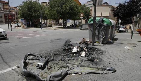 Contenidors calcinats a la plaça del Dipòsit, on es va iniciar l'acte vandàlic.