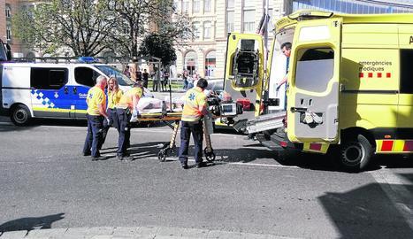 Moment de l'evacuació del motorista ferit.