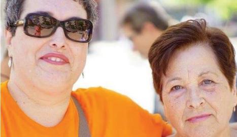 Trini Trucho, una de les voluntàries que van patir un mieloma múltiple, amb la seua mare.