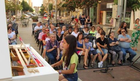 Una jove intèrpret, ahir a la tarda tocant el piano a la plaça Ricard Viñes de Lleida.