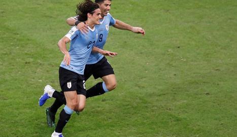 Luis Suárez i Edinson Cavani celebren el gol amb què Uruguai aconseguia el liderat de grup.