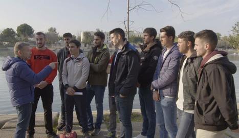 Els integrants de l'equip de rem expliquen a Chicote les seues queixes del centre de La Cartuja, a Sevilla.
