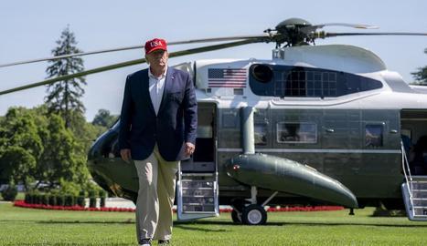 Donald Trump desembarca del 'Marine One' a la Casa Blanca.