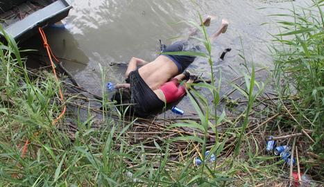 Els cossos sense vida d'un pare i la seua nadó d'11 mesos que provaven de creuar cap als EUA pel riu Bravo, a Mèxic.