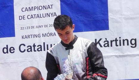 Samuel Bean, amb els dos trofeus conquerits a Móra.