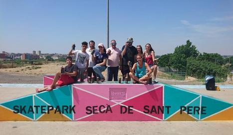 Imatge del nou Skatepark amb els seus pintors.