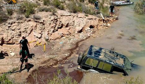 Troben un cadàver dins d'un cotxe enfonsat