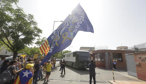 Jordi Turull saluda la gent congregada al voltant de Lledoners ahir.