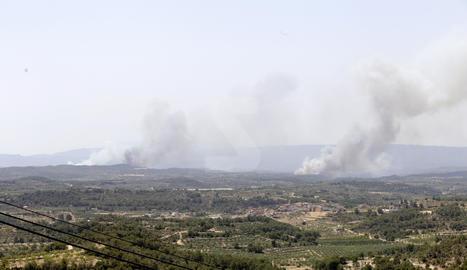 Bovera, a les Garrigues, envoltada de tres focus de foc